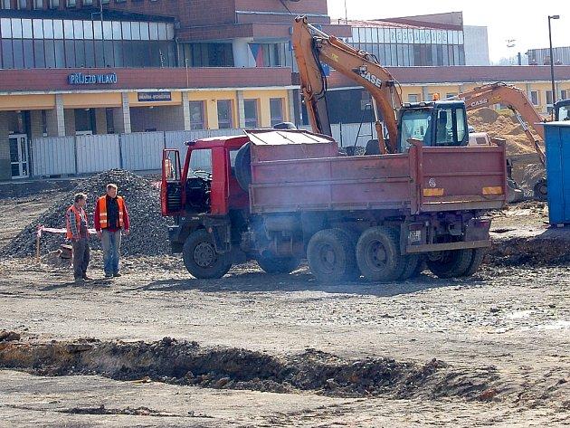 PRÁCE NA NOVÉM chebském autobusovém terminálu pokračují zatím bez komplikací. Lidé v okolí stavby si však stěžují na prašnost.