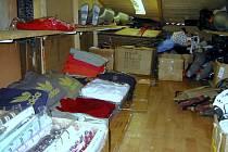 Nelegální zboží, které celníci objevili ve stánku se skrytě obsluhovaným úkrytem v tržnici Svatý Kříž u Chebu