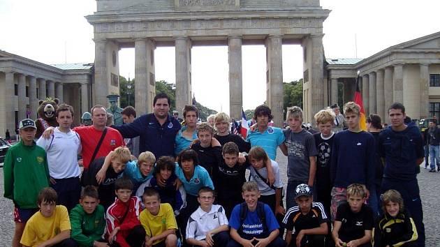 ÚČASTNÍCI fotbalového kempu při návštěvě Berlína