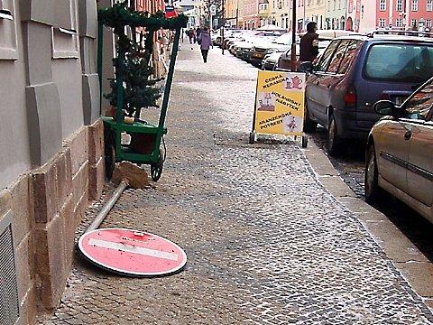 Vandalové zničili dopravní značku na chebském náměstí Krále Jiřího z Poděbrad