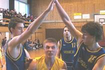 Pivotman Marek Bielko v sevření dvou hostujících hráčů.