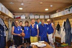 V hale Lokomotivy Cheb se opět hraje mezinárodní turnaj v basketbale veteránů. Snímek chebského týmu z loňského turnaje v Litvě
