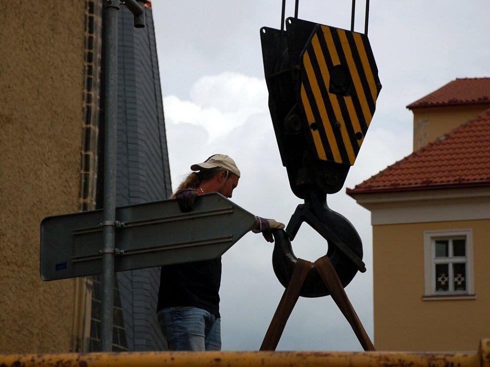 Příjezd jeřábu na Kostelní náměstí v Chebu a jeho montáž
