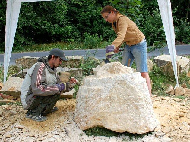 Mladí sochaři při práci na dalších postavičkách v pohádkovém lese na vrchu Krakonoš u Mariánských Lázní