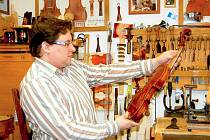 NA WORKSHOPU bude vyučovat také mistr houslař Jiří Pátek.