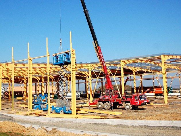 STAVEBNÍ PRÁCE na výstavbě nové továrny apt v chebském průmyslovém parku jsou v plné proudu. Průmyslová zóna má nabídnout po dokončení práci až 1 500 zaměstnancům.