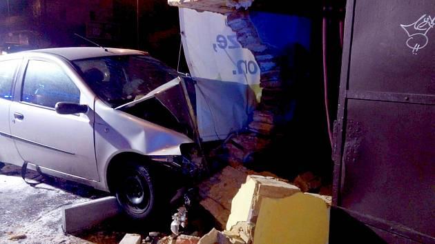 ŘIDIČKA nabourala v pátek večer do domu v chebské ulici Ašská.
