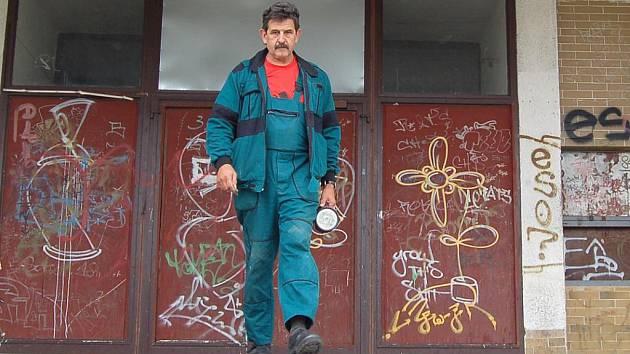 UŽ NĚKOLIK LET JE UZAVŘENÝ KULTURNÍ dům na chebském sídlišti Zlatý vrch. Za tu dobu ho stačili zdevastovat vandalové. Příští rok by se budova měla dočkat opravy.