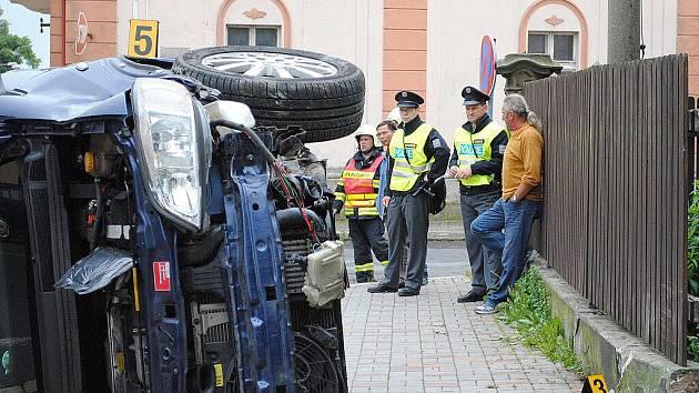 Osobní automobil Opel Zafira srazil v Aši na Hlavní ulici chodkyni.