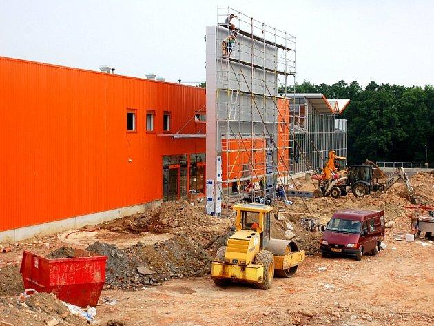 Výstavba obchodního centra Dragoun se chýlí ke konci. OBI má zahájit prodej 16. července