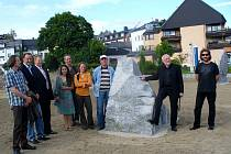 SOCHY SE DOČKALY SLAVNOSTNÍHO odhalení tento týden.  Díla ze sympozia teď budou zdobit selbský park v Německu. Na snímku jsou všichni sochaři, kteří se sympozia zúčastnili,  Jiřího Černého nevyjímaje (vpravo). Jeho socha Annenka je vidět vpravo