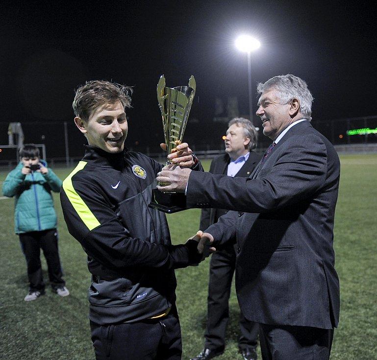 Předseda OFS Cheb Jiří Smutný (vpravo) takto předával pohár za vítězství v místním turnaji