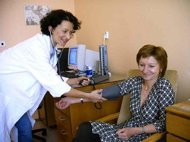Asistentka chebské hygienické stanice právě kontroluje hodnoty krevního tlaku Kamily Vaigeltové