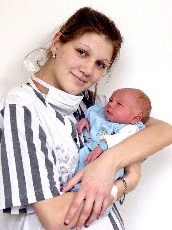 MATYAS MILAN SIVÁK bude mít v rodném listě datum narození úterý 18. prosince ve 23.13 hodin. Na svět přišel s váhou 2 870 gramů a mírou 48 centimetrů. Z malého Milánka se těší doma v Chebu maminka Michaela spolu s tatínkem Matějem.