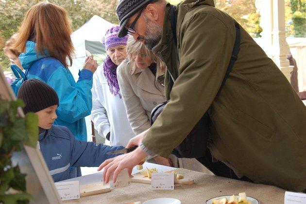 VZÁCNÉ I BĚŽNÉ odrůdy jablek mohli návštěvníci vidět a ochutnat na Festivalu jablek v Mariánských Lázních.