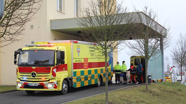Hromadný únorový převoz pacientů z nemocnice v Chebu.