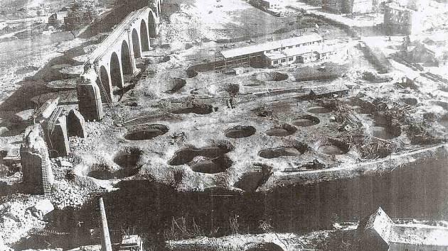 Bombardováním zničený chebský železniční viadukt v roce 1945