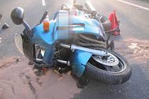 Z místa nehod motocyklu a osobního vozu.