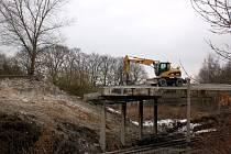 Opravovaný most přes železniční trať na silnici č. II/606
