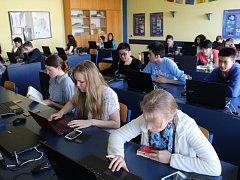 CELKEM 22 STUDENTŮ Gymnázia Cheb kontrolovalo průběh krajského kola dějepisné soutěže v dalších 22 krajích v České republice a na Slovensku.
