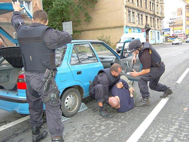 KDYŽ TO NEJDE PO DOBRÉM, půjde to po zlém. Agresivita lidí vůči policistům roste, a to nejen proti strážníkům, ale i Policii České republiky. Hmaty a chvaty mají muži zákona nacvičené.