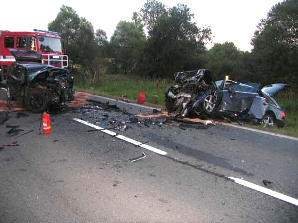 Při tragické dopravní nehodě u Drmoulu na Mariánskolázeňsku jeden z řidič zemřel a druhého transportoval vrtulník do nemocnice