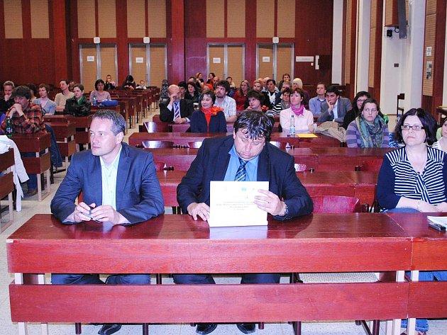 VEŘEJNÉ BESEDY na téma sociální integrace v Chebu se zúčastnil starosta Skalné Radomil Gold (vlevo) a náměstek hejtmana Miloslav Čermák (s otevřenou složkou).