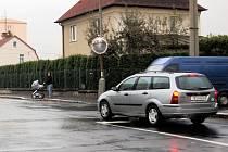 CHEBSKÁ KŘIŽOVATKA ULIC PÍSEČNÁ a Osvobození v Chebu se zdá nebezpečná chodcům i motoristům.