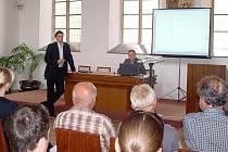 NA CHEBSKÉ RADNICI SE V PONDĚLÍ odpoledne uskutečnilo další z řady veřejných rokování. Tentokrát se mluvilo o dopravní situaci v chebské Nerudově ulici.