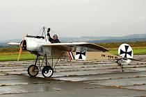 LETECKÝ DEN. Mezidnárodním leteckým dnem vyvrcholil devadesátý rok existence chebského letiště, které je nejstarší na území České republiky.