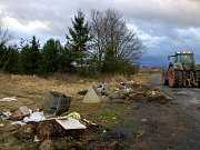 PŘÍMO POD CEDULÍ ZÁKAZ SKLÁDKY se hromadí odpadky. Policie nemá páky, jak donutit vlastníka pozemku k odstranění  nepořádku a toho, kdo sem vozí odpad, musí chytit při činu.