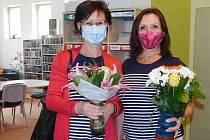 Na snímku to nejspíš není vidět, ale také oceněná Mgr. Jana Šťastná (vlevo) se krásně, a právem!, usmívá. Na snímku je s vedoucí oddělení pro děti Mgr. Evou Novotnou - mimochodem ve stejném triku.
