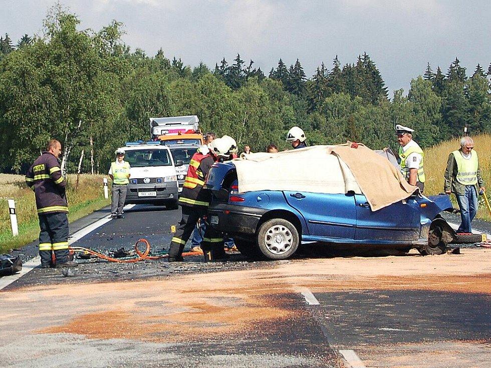 Tragická dopravní nehoda u Dolního Žandova předčasně ukončila život 25letého mladíka. Jeho osobní vůz Fiat se čelně střetl nákladním autem Ford Tranzit.