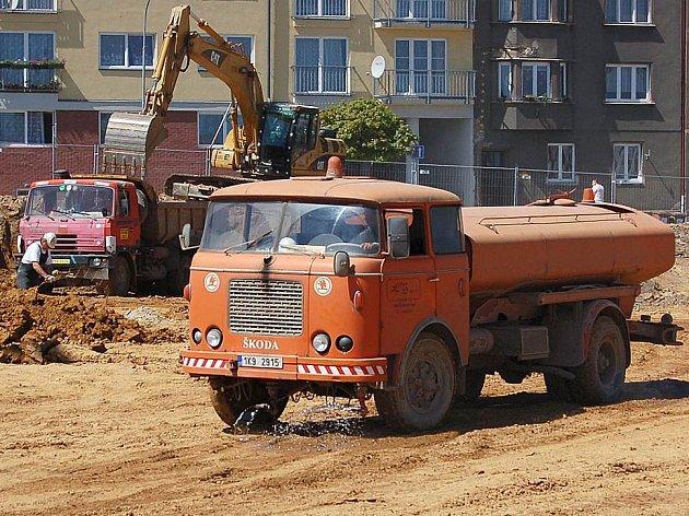 Přestože na stavbě obchodního centra Dragoun v Chebu stále jezdí kropicí vůz, v okolí se stále práší