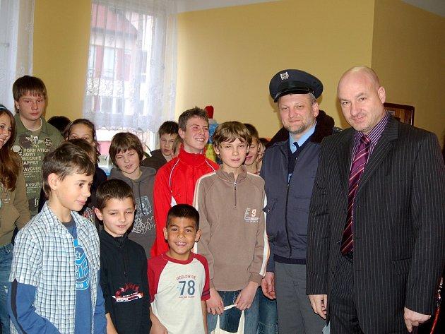 OCENILI ŠKOLÁKY! Poctivému nálezci Samuelovi (v popředí třetí zprava) a jeho kamarádům pogratulovali také starosta Františkových Lázní Ivo Mlátilík a vedoucí františkolázeňského obvodního oddělení policie Vilém Šulcek.