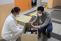 Podnikatel Jan Smejkal jel hodiny, aby předal dárky chebské nemocnici.