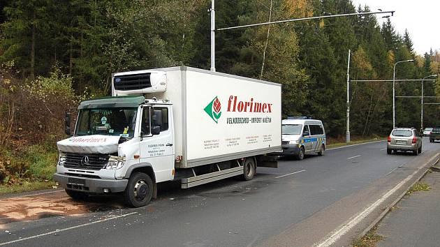 Nehoda dvou nákladních automobilů zablokovala pravý jízdní pruh z Mariánských Lázní ve směru na Cheb.