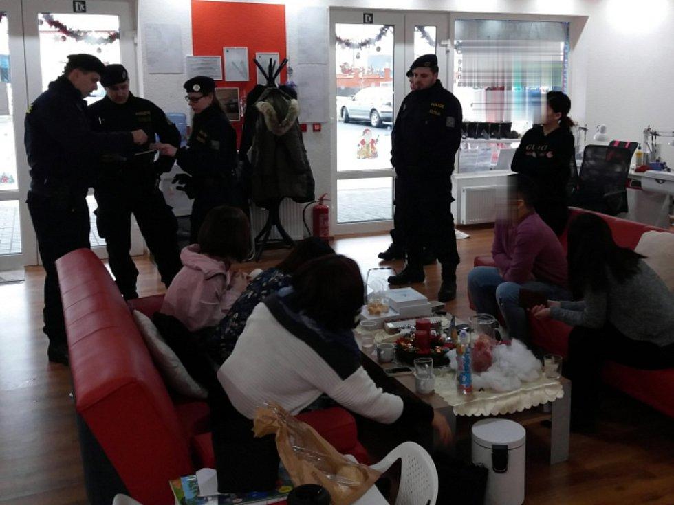 Drogy, nelegální zboží, ale i dodržování pobytového režimu cizinců. To všechno se prověřovalo při velké kontrolní akci na tržnici u Chebu.