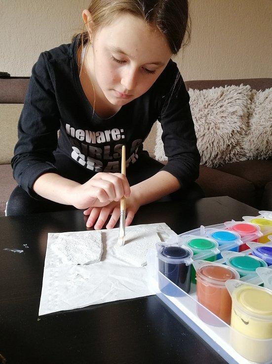 Eliška Soukupová provedla Deník celým ´výrobním procesem´ kamínkování. Kamínek se musí vyčistit a natřít.