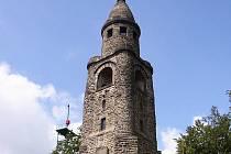 Vrch Háj u Aše zdobí rozhledna stejného jména. Otevřena byla už v roce 1904.