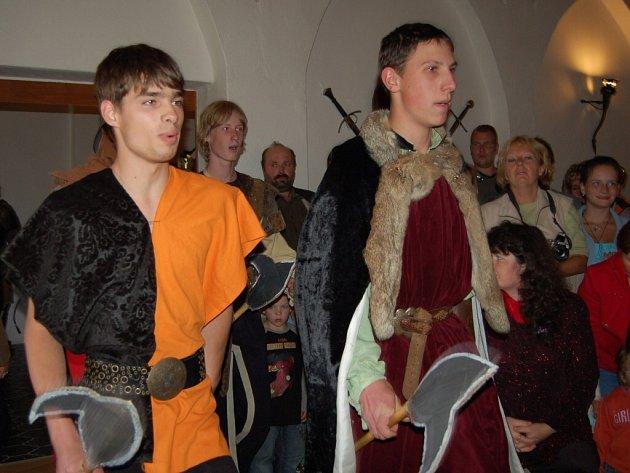 Na hradě Vildštejn ve Skalné pasovali letošní deváťáci budoucí prvňáčky. Připravili si pro malé školáčky také představení inspirované filmem Noc na Karlštejně