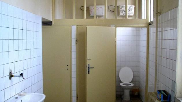 Pánské záchodky na nádraží v Mariánských Lázních