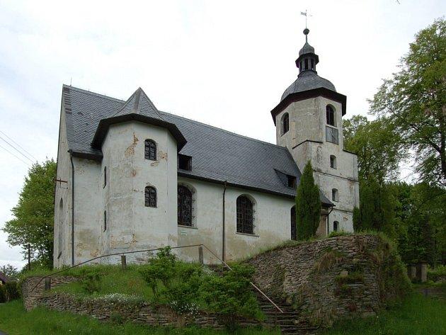 Obec Podhradí se může pyšnit unikátním evangelickým kostelem z roku 1682. Jeho vnitřky jsou původní dřevěné a na věži jsou hodiny se závažím.