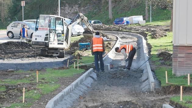 STAVEBNÍ práce na rekonstrukci sídliště Karlova a Moravská v Aši začaly. Hotovo bude na podzim.