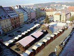 LETOŠNÍ NOVINKOU je zpřístupnění věže barokní radnice na chebském náměstí. Na trhy se tak lidé budou moct podívat také z výšky.