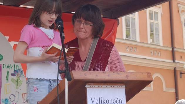 Velikonoční čtení Bible na chebském náměstí Krále Jiřího z Poděbrad