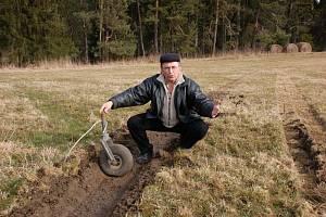 VE VYJETÝCH KOLEJÍCH ZNIČÍ TECHNIKU. Josef Novák se obává, že ve vyjetých kolejích na svých pastvinách poškodí shrnovače a obraceče sena. Její kola jsou příliš malá.