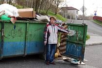 OTEVŘENÝ KONTEJNER  NA CHEBSKÉM ZLATÉM Vrchu může lehce způsobit neštěstí. Lidé, kteří se chtějí snadněji v odpadcích přehrabovat, si neuvědomují, že do něj mohou řidiči narazit.