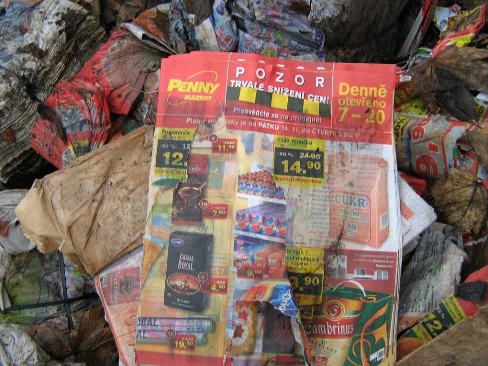 Při čištění břehu řeky Ohře v Chebu se našly stovky vyhozených reklamních letáků a novin. Na snímku poslední jejich poslední zbytky před odvozem na skládku