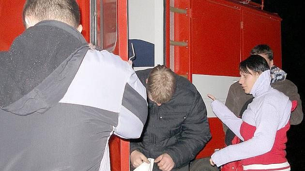 KOVOVÉ PŘEDMĚTY MUSELY DO AUTA. Skalenští hasiči dělali figuranty při havárii obřího letadla na letišti v Olšových Vratech. Jako každý, i oni museli schovat všechny kovové předměty do auta.